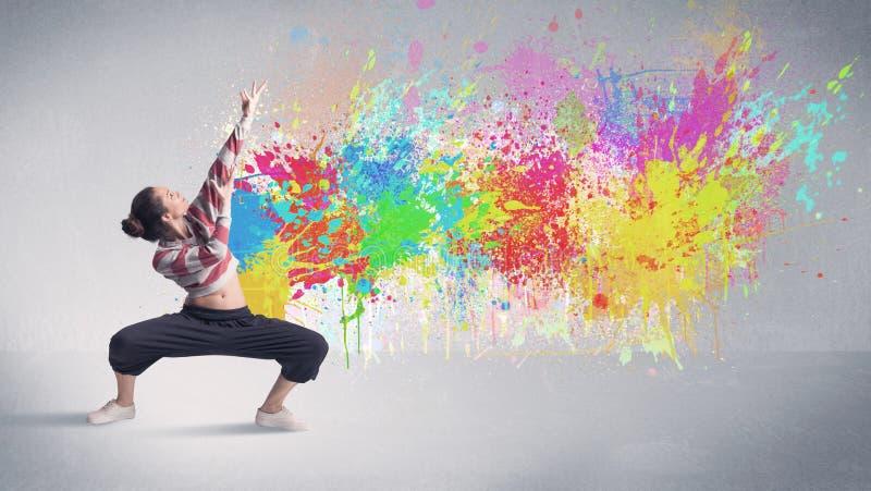Giovane ballerino variopinto della via con la spruzzata della pittura fotografie stock