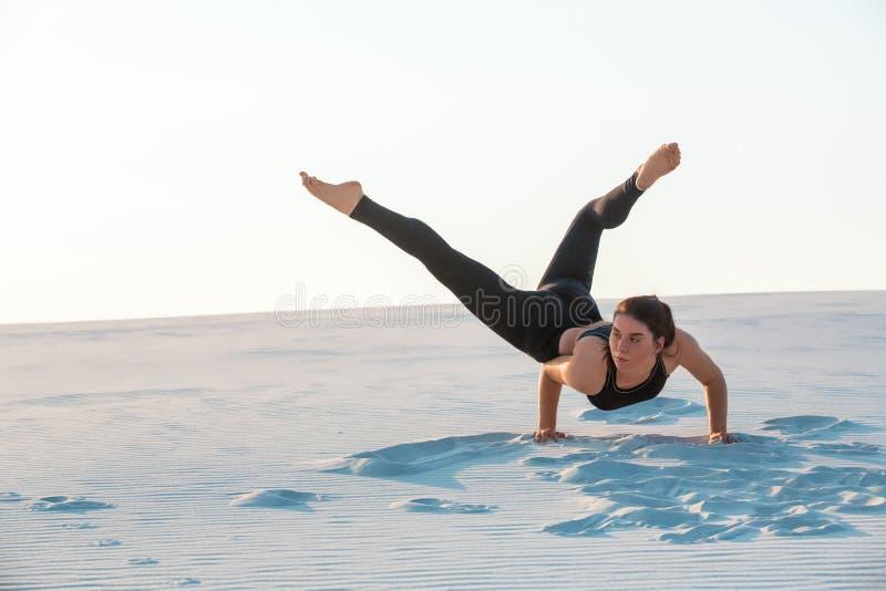 Giovane ballo professionale della donna della ginnasta all'aperto - spiaggia di sabbia fotografie stock