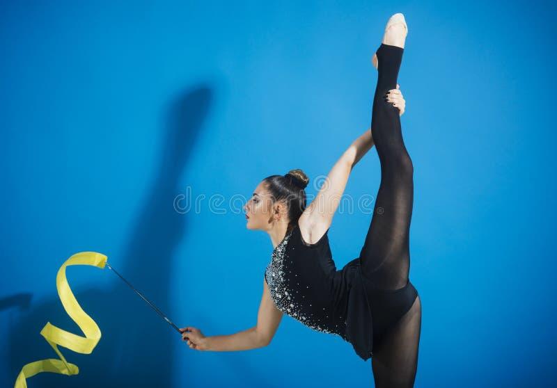 Giovane ballo professionale della donna della ginnasta con il nastro fotografia stock