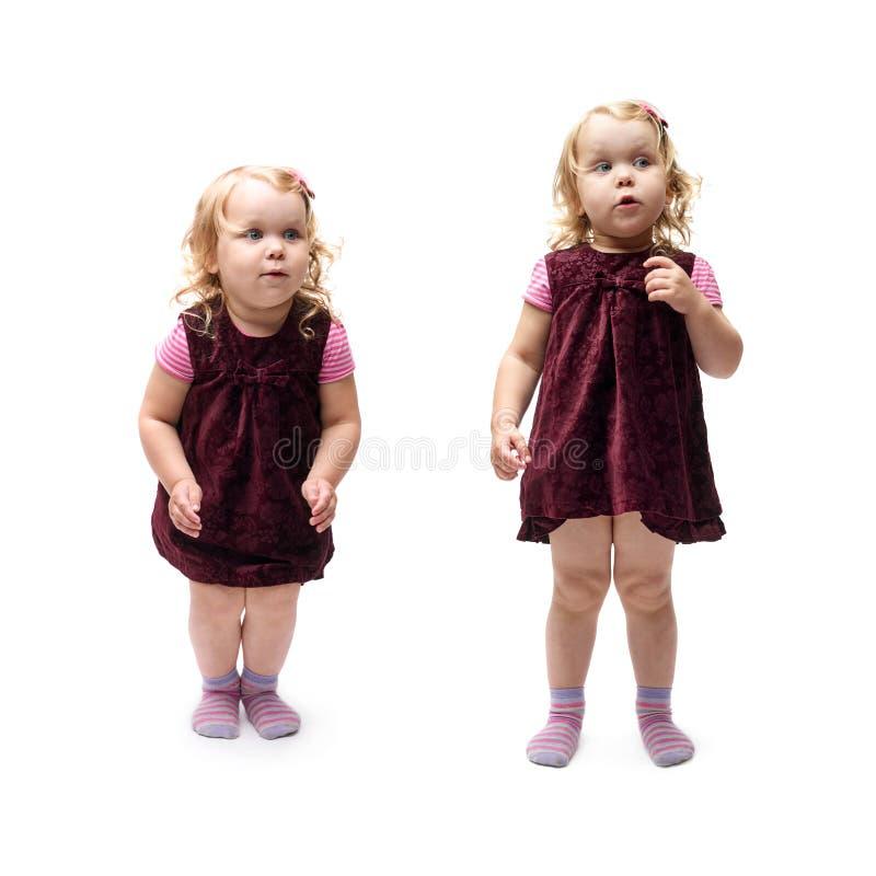 Giovane bambina che salta sopra il fondo bianco isolato immagine stock libera da diritti