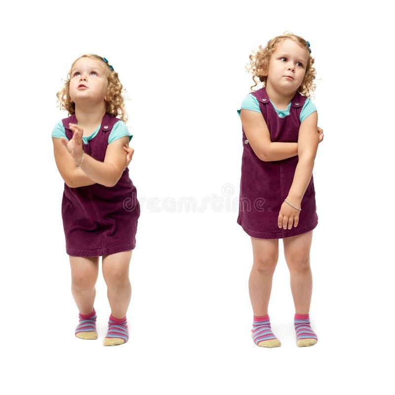 Giovane bambina che salta sopra il fondo bianco isolato immagini stock libere da diritti
