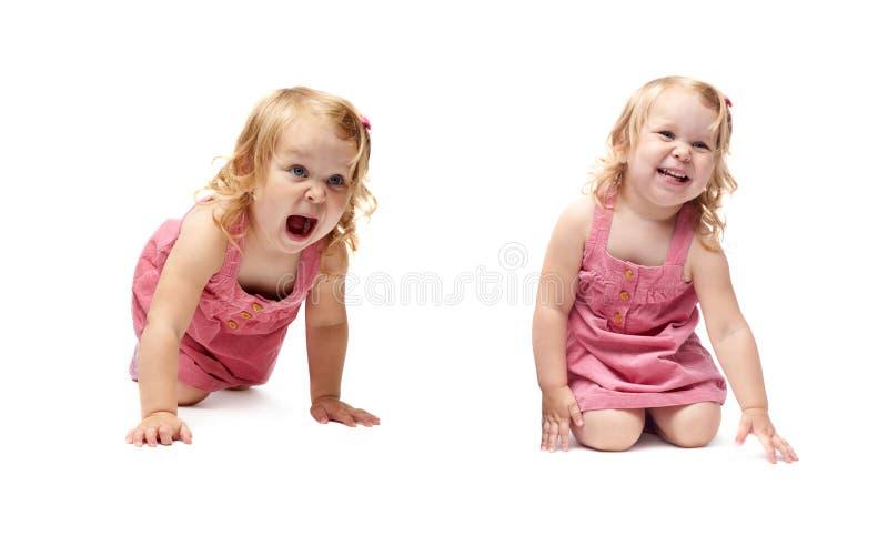 Giovane bambina che striscia sopra il fondo bianco isolato fotografia stock libera da diritti
