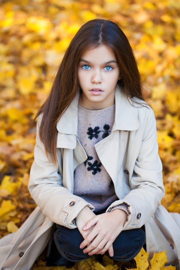 Giovane bambina felice in cappotto beige fotografie stock