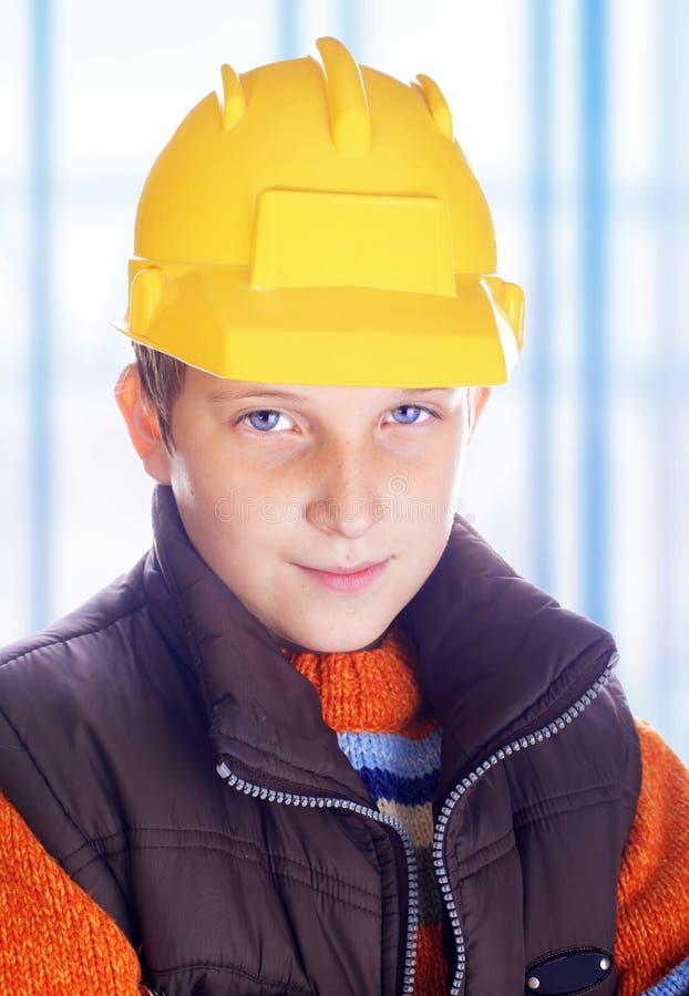Giovane bambino adorabile con il casco fotografie stock libere da diritti