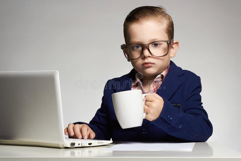 Giovane bambino di affari con il computer fotografia stock