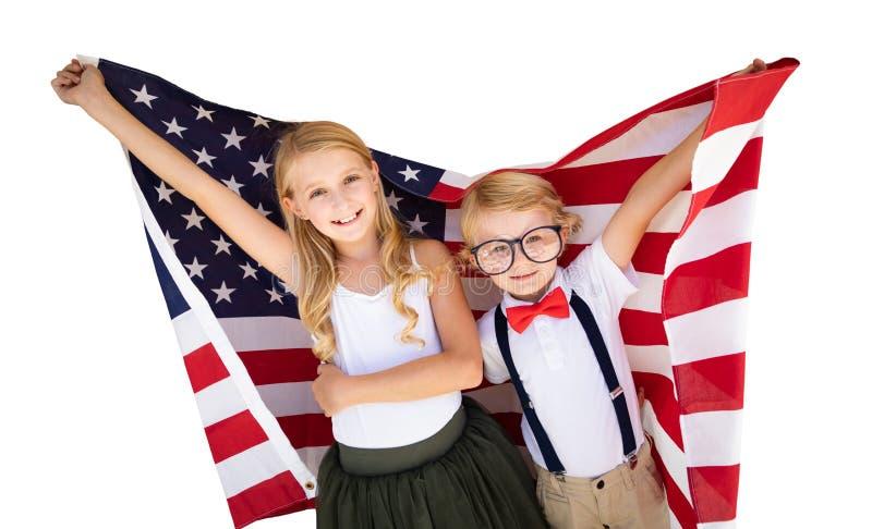 Giovane bandiera americana caucasica sveglia della tenuta della ragazza e del ragazzo immagini stock