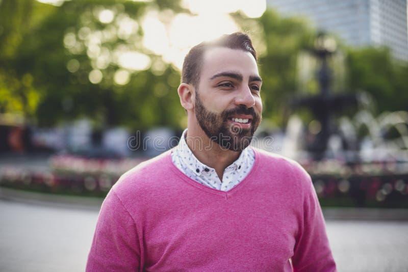 Giovane barbuto bello all'aperto nell'ambiente urbano fotografia stock libera da diritti