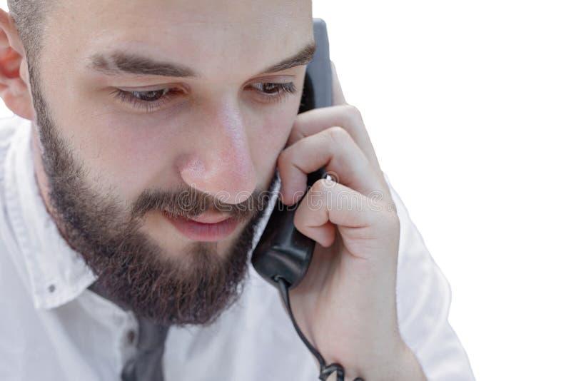 Giovane barbuto in vestiti dell'ufficio che parla sul telefono immagini stock libere da diritti