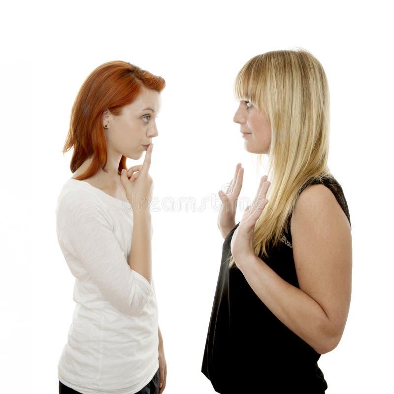 Giovane barretta dai capelli rossa e bionda delle ragazze sulla bocca fotografie stock