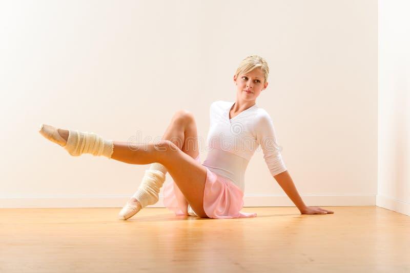 Giovane bella ballerina che si esercita nello studio immagine stock libera da diritti