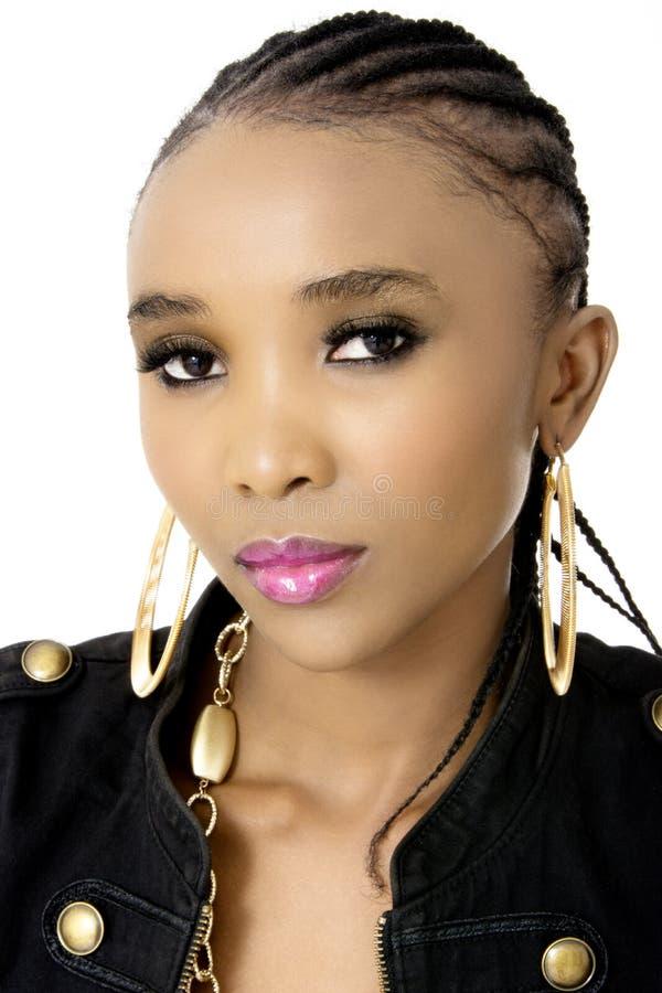 Giovane bella donna africana che porta un rivestimento nero fotografia stock
