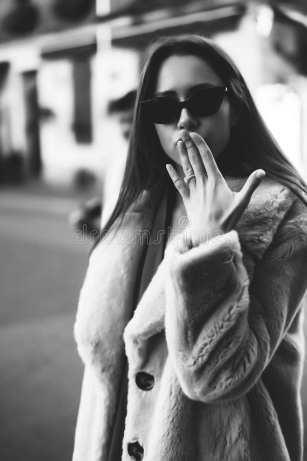 Giovane bella donna alla moda che cammina in cappotto rosa fotografie stock