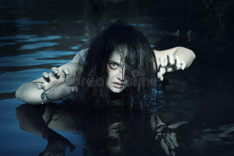Giovane bella donna annegata del fantasma nell'acqua immagini stock