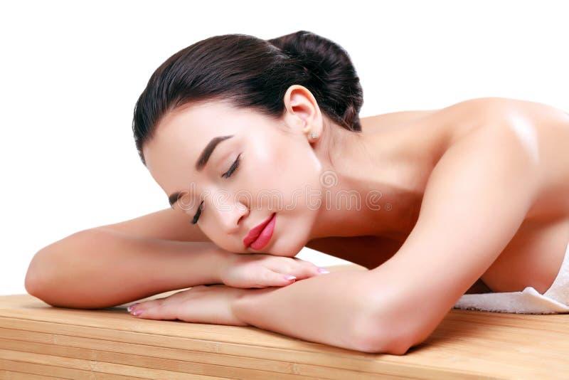 Giovane bella donna asiatica che si rilassa al salone della stazione termale fotografie stock