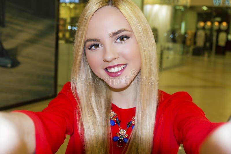 Giovane bella donna bionda che prende selfie con il telefono cellulare immagine stock libera da diritti