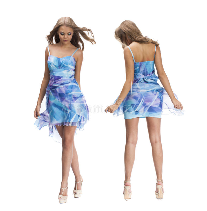 Giovane bella donna bionda felice in vestito blu fotografia stock