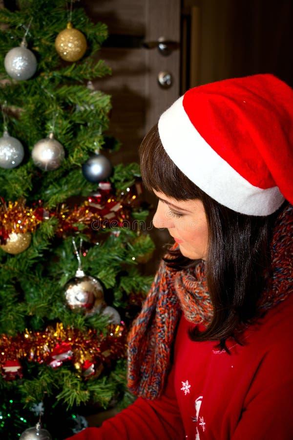 Giovane bella donna in cappello di Santa immagini stock