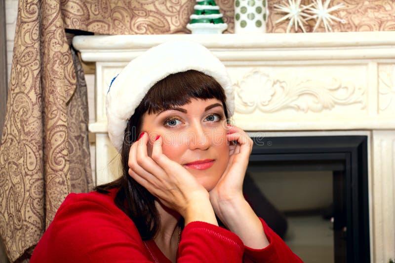 Giovane bella donna in cappello di Santa immagini stock libere da diritti