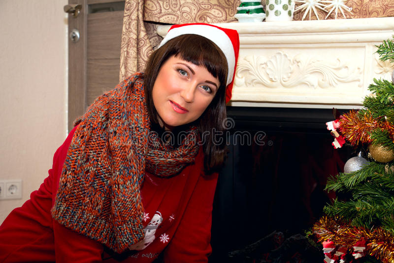 Giovane bella donna in cappello di Santa fotografia stock