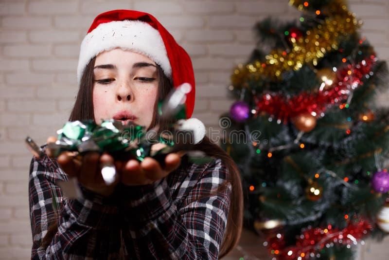 Giovane bella donna in cappuccio di Santa che accoglie favorevolmente il nuovo anno b 2018 immagini stock