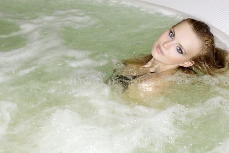 Giovane bella donna in Jacuzzi immagine stock libera da diritti