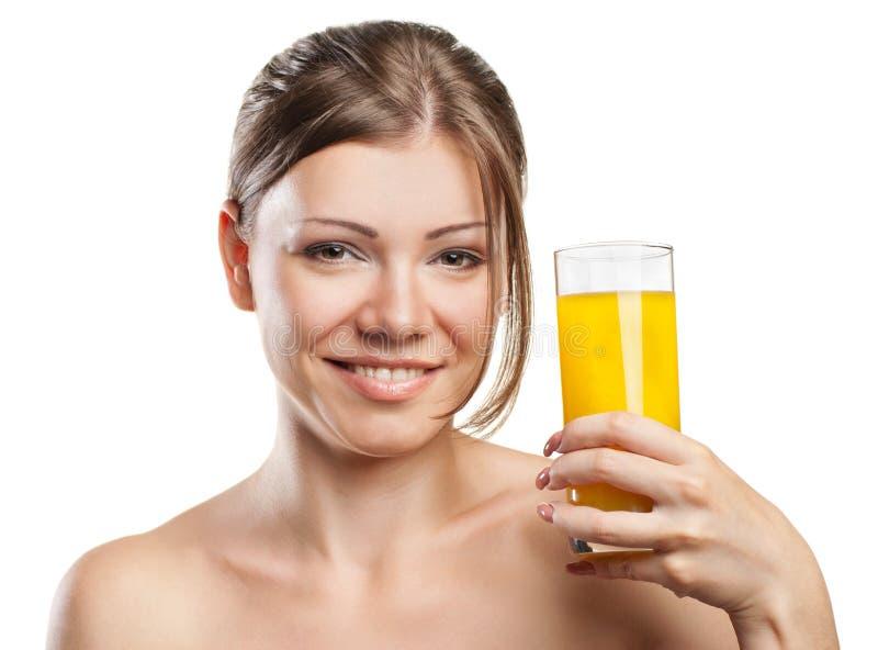 Giovane bella donna che beve il succo di arancia immagini stock