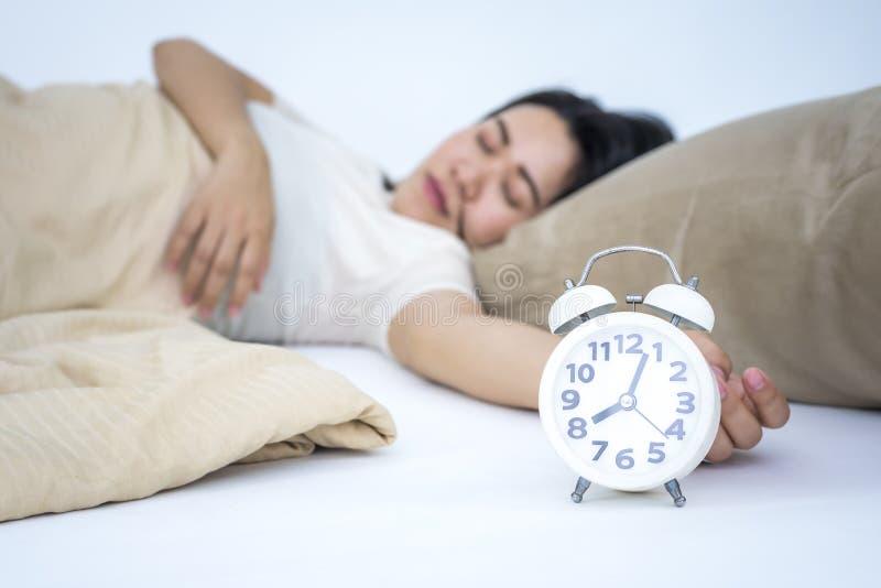 Giovane bella donna che dorme nel suo letto fotografie stock libere da diritti