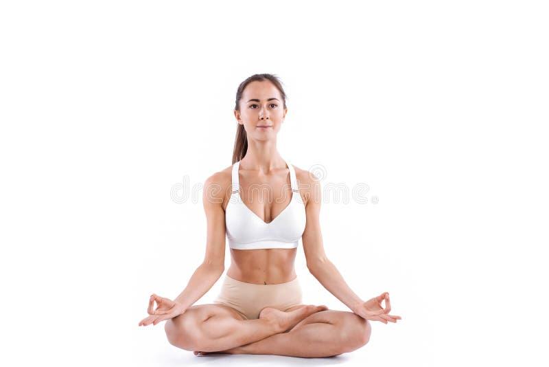 Giovane bella donna che fa pratica di yoga isolata su fondo bianco Concetto di vita sana immagine stock libera da diritti