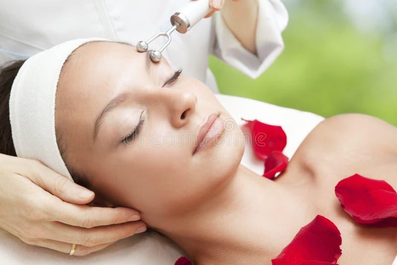 Giovane bella donna che ha massaggio facciale fotografia stock libera da diritti