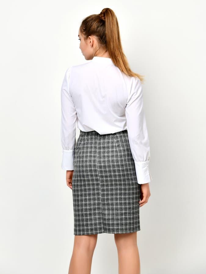 Giovane bella donna che posa in nuovo panno casuale dell'ufficio fotografia stock libera da diritti