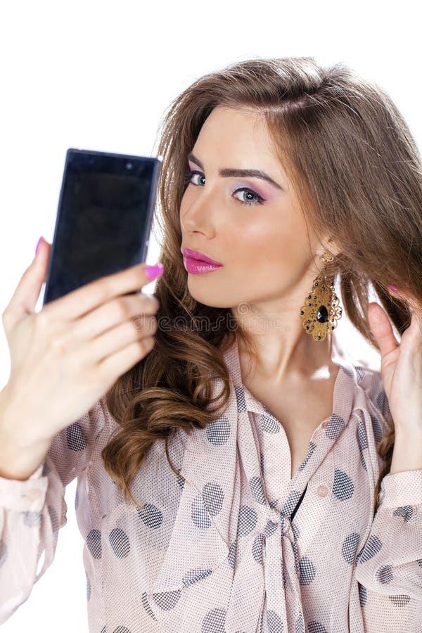 Giovane bella donna che prende selfie con il telefono cellulare immagine stock
