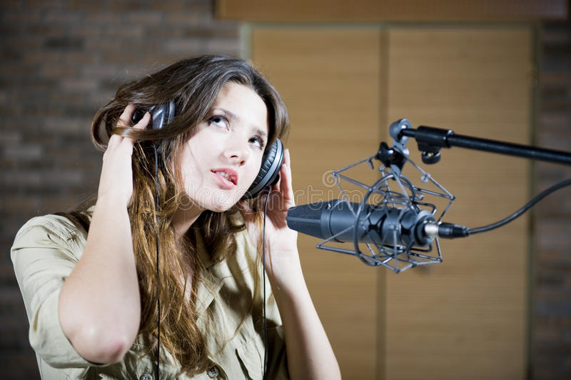 Giovane bella donna che registra il suono immagini stock libere da diritti