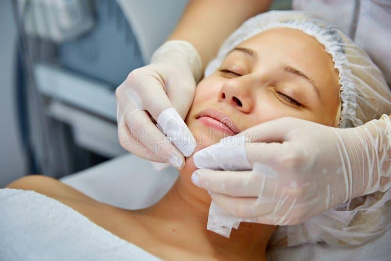 Giovane bella donna che riceve trattamento facciale della stazione termale e di massaggio fotografia stock libera da diritti