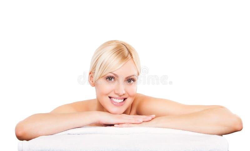 Giovane bella donna che si rilassa alla stazione termale isolata sopra immagine stock libera da diritti