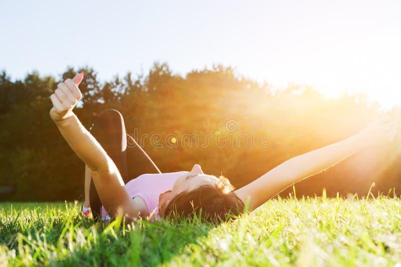 Giovane bella donna che si rilassa e che allunga fotografie stock