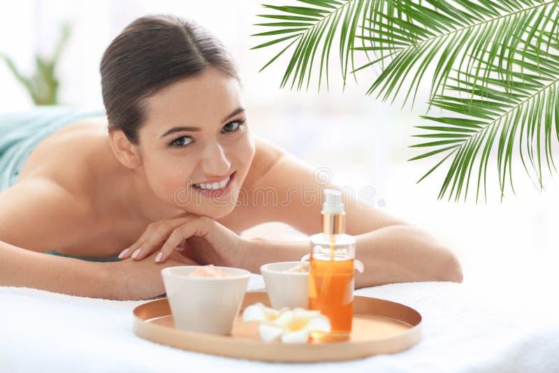 Giovane bella donna che si rilassa nel salone della stazione termale fotografie stock libere da diritti