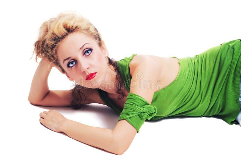 Giovane bella donna che si trova sul pavimento fotografia stock libera da diritti