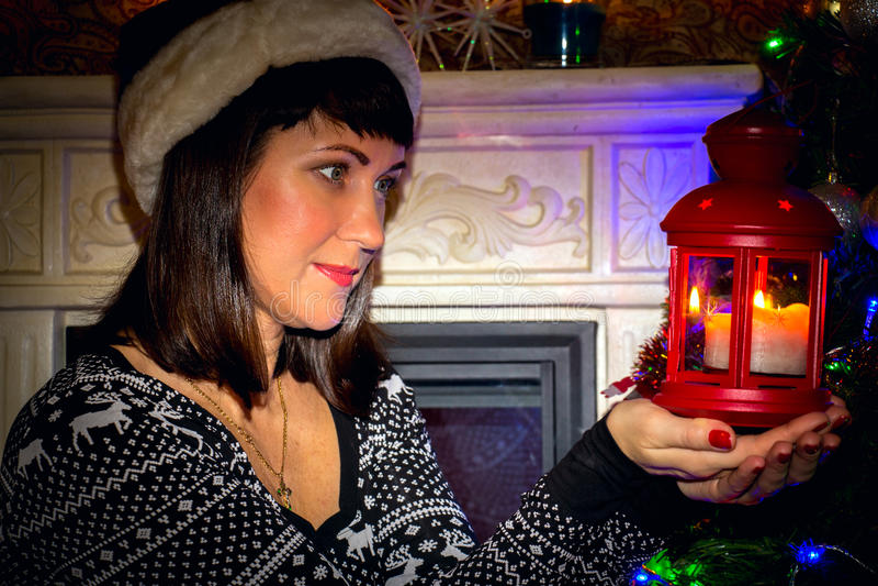 Giovane bella donna che tiene una lampada fotografia stock