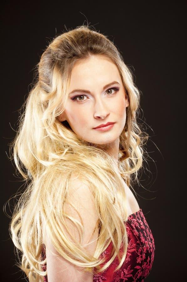 Giovane bella donna con capelli biondi lunghi fotografie stock libere da diritti