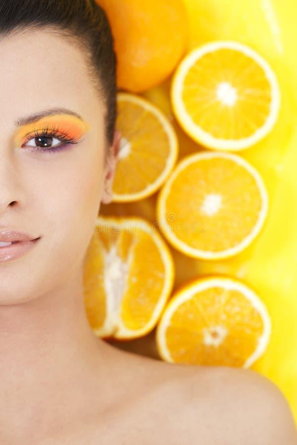 Giovane bella donna con gli aranci fotografia stock libera da diritti