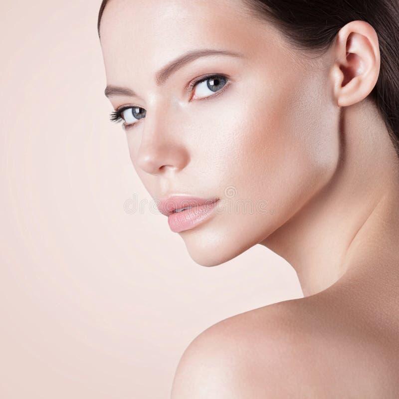 Giovane bella donna con il primo piano perfetto pulito della pelle fotografia stock libera da diritti