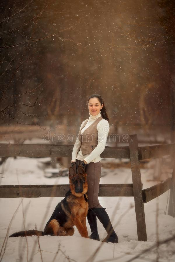 Giovane bella donna con il ritratto all'aperto del cane da pastore tedesco fotografia stock
