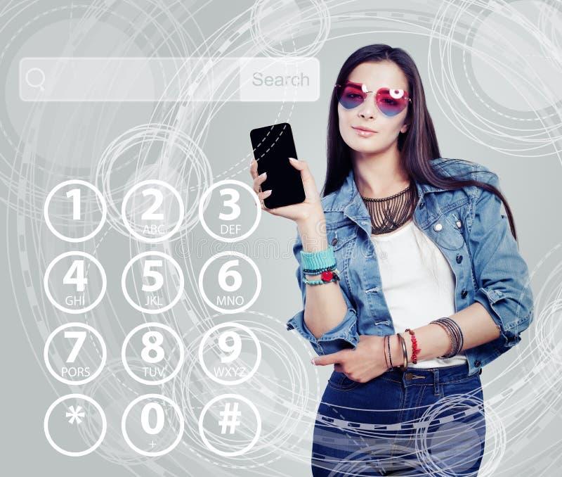 Giovane bella donna con il telefono cellulare su tecnologia virual immagini stock libere da diritti