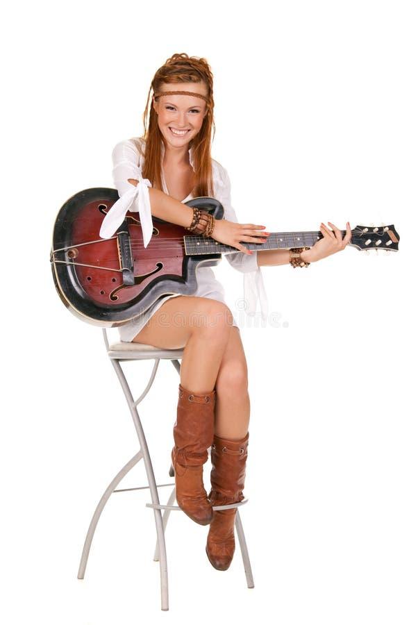 Giovane bella donna con la chitarra immagini stock