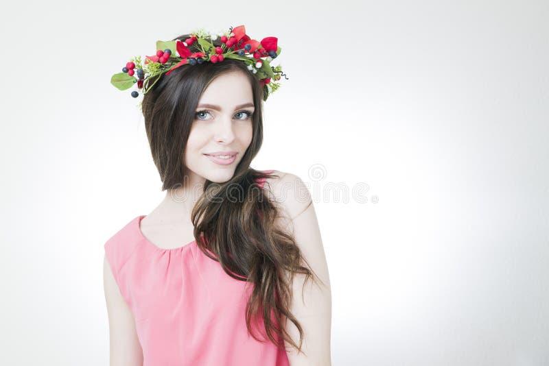 Giovane bella donna con la corona del fiore sulla testa immagini stock libere da diritti