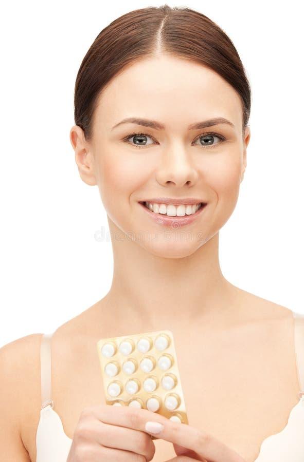 Giovane bella donna con le pillole fotografie stock libere da diritti