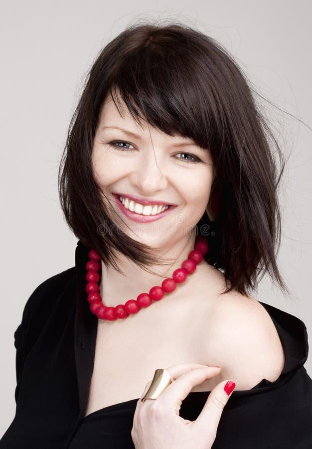 Giovane bella donna con sorridere dei capelli di Brown scuro immagini stock libere da diritti