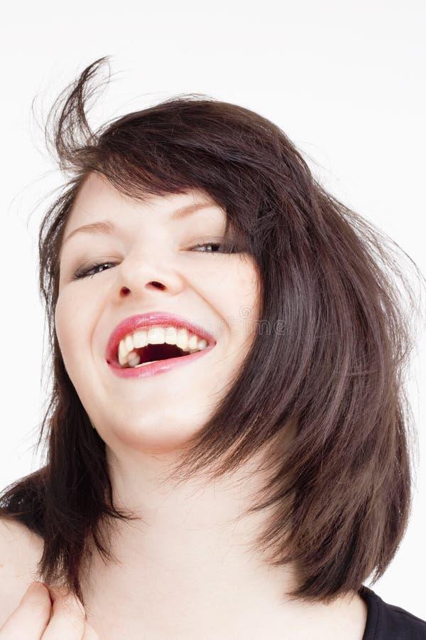 Giovane bella donna con sorridere dei capelli di Brown scuro immagine stock