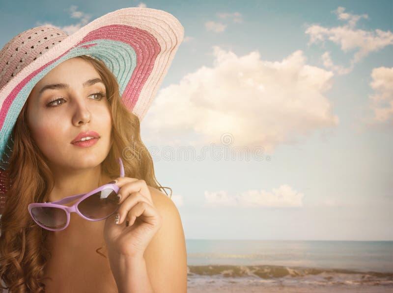 Giovane bella donna con un cappello immagine stock