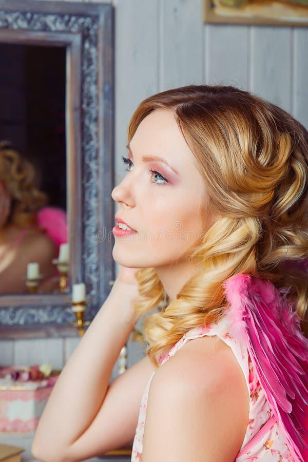 Giovane bella donna in costume di angelo fotografie stock